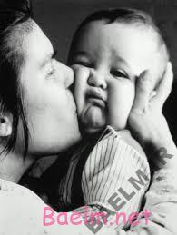 بوسیدن کودک برای مادران هم فایده دارد