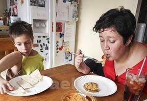 زندگی جالب مادر و پسر بدون دست + تصاویر