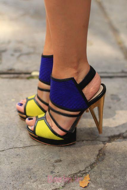 کفش زرد یا آبی با پاشنه طلایی
