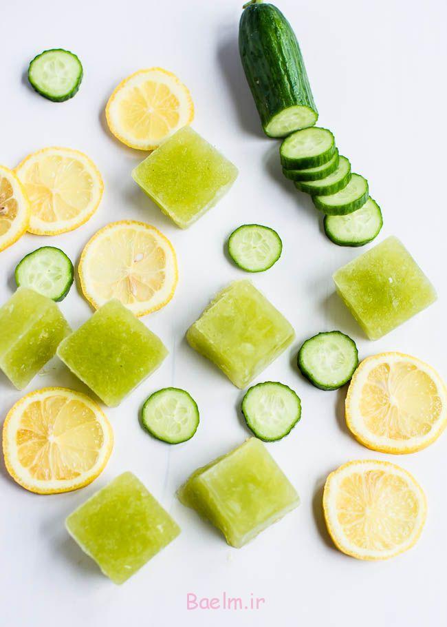 یخ خیار و رب لیمو را قطعه ای از یخ و قرار دادن آنها در آب شما