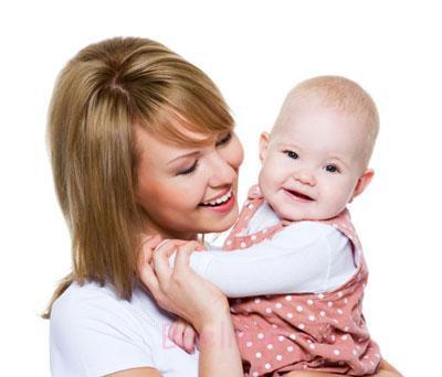 23110 بغل کردن نوزاد بچه چطور بچم رو بغل کنم بغل کردن نوزاد بلد نیستم آموزش بغل کردن نوزاد بغل کردن شیرخوار روش درست بغل گرفتن نوزاد