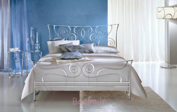 schlafzimmer gestalten metallbett rankenmuster edelstahl geschwungene formen wandfarbe blau