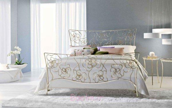 schlafzimmer gestalten metallbett rosen motive gold ambar muebles