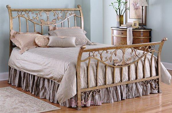 schlafzimmer gestalten metallbett schmiedeeisen florale ornamente altgold antike kommode