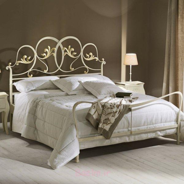 schlafzimmer gestalten metallbett schmiedeeisen gold rankenmuster wandfarbe taupe