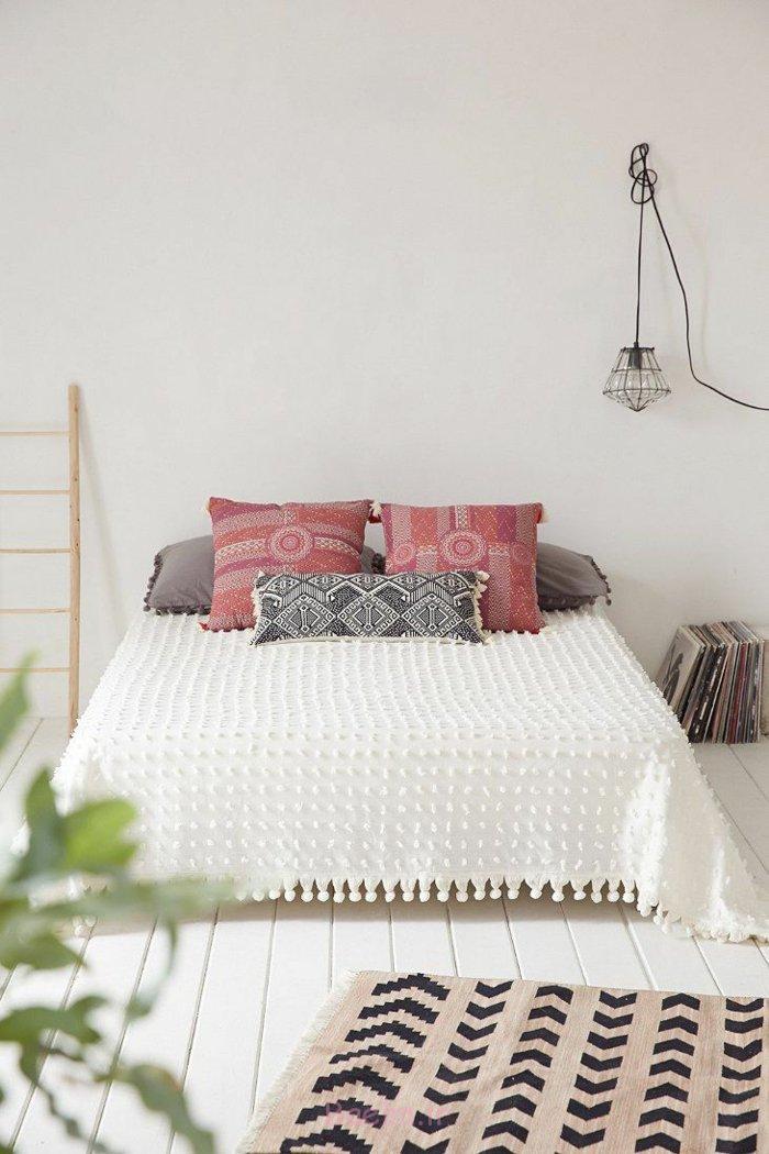 schlafzimmergestaltung skandinavisches design inneneinrichtung gemusterte kissen weiße bettdecke