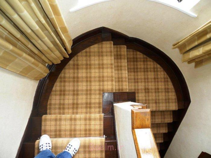 treppenteppich kariertes muster lange gardinen