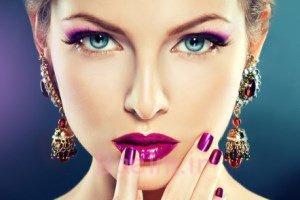 آرایش صورت تان را با اسپری مو ثابت نگه دارید!!