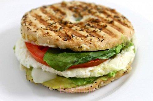 4. ساندویچ سفیدهی تخم مرغ با آووکادو و اسفناج
