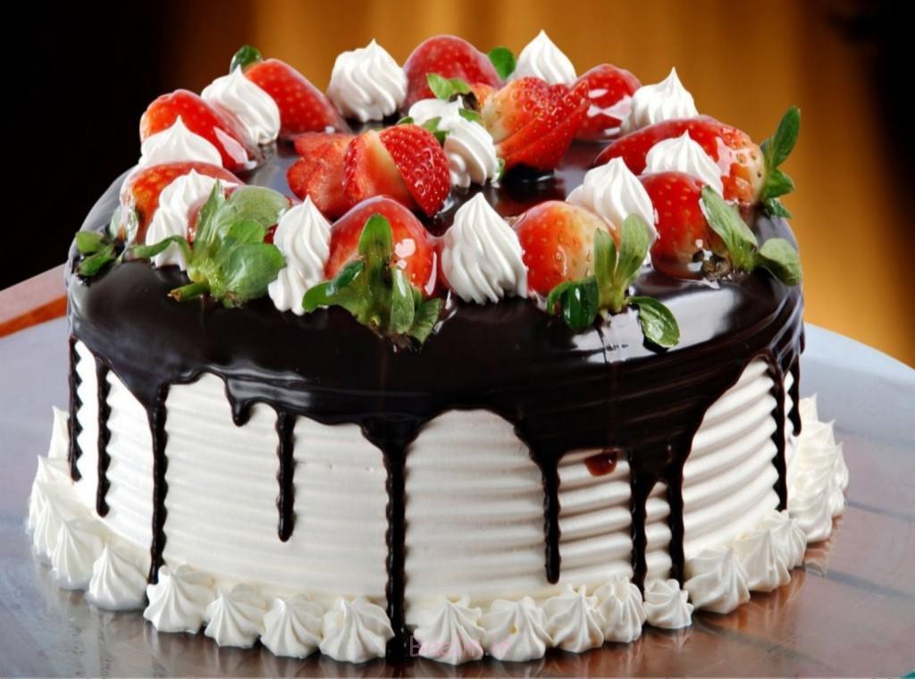 شکلات و توت فرنگی تولد روز کیک