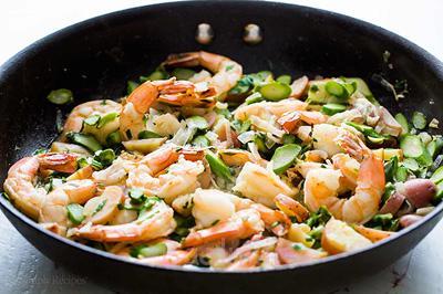 آموزش انواع غذاهای دریایی   مواد لازم و طرز تهیه میگو و مارچوبه سوخاری