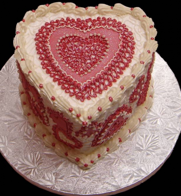 valentine-cake-with-pretty-cake-decor-patterns-in-red