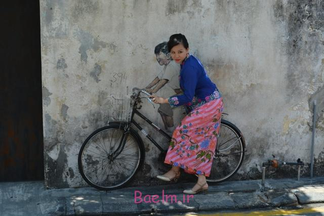 a-model-poses-next-to-the-kids-on-a-bicycle-3d-painting-street-art-in-georgetown-by-ernest-zacharevic-the-armenian-street-heritage-hotel-in-georgetown-penang-malaysia
