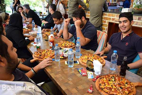 الان همه پیتزا و نوشیدنی ها سر میز اومده و گوش ها تیز شده برای شنیدن شروع