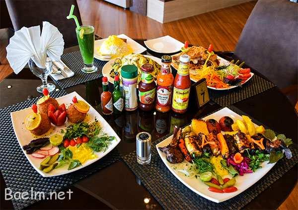 کباب مخصوص ، پیش غذا ، سالاد سزار . نوشیدنی را موهیتو انتخاب میکنم