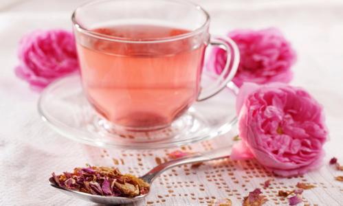 گل سرخ و شیر برای درمان خشکی و ترک خوردن لب :