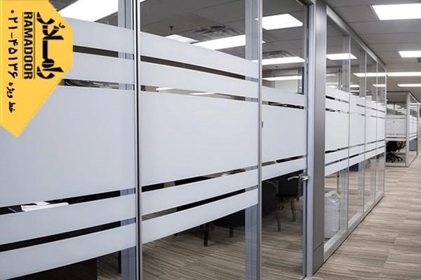 بهبود چیدمان و فضای بین مناطق مختلف در منزل با پارتیشن های شیشه ای